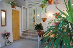 Итальянский дворик - это небольшой садик, окруженный со всех сторон стеной, забором или постройками.